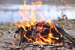 Feuer im Frühjahr durch den Fluss lizenzfreies stockbild