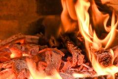 Feuer im hölzernen Ofen mit Asche und Flammen; Heizung des hölzernen sto Lizenzfreies Stockfoto