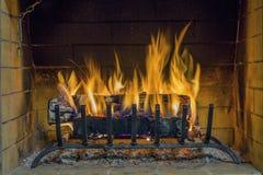 Feuer im Kamin Nahaufnahme des Brennholzes brennend im Feuer Lizenzfreie Stockfotografie