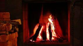 Feuer im Kamin und im Korb des Brennholzes Wirkliches Audio stock video