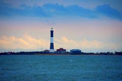 Feuer-Insel-Leuchtturm mit strahlendem Licht auf dem Long-Island-Sund, New York lizenzfreie stockfotos