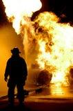 Feuer-Kämpfer und Flammen Lizenzfreie Stockbilder