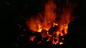 Feuer, Live- Kohlen und Schmied-` s Werkzeuge stock footage