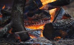 Feuer mit einigen metall Schmied-` s Instrumenten Stockfoto
