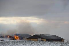 Feuer am modernen Bauernhof. lizenzfreie stockfotografie