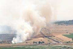 Feuer nachdem dem Schälen auf Schlachtfeld in Qunaitira Syrien Lizenzfreie Stockfotografie