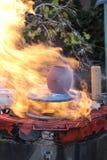 Feuer neben Schüssel lizenzfreies stockfoto