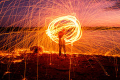 Feuer Poi bei Sonnenuntergang auf dem See lizenzfreies stockfoto