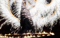 Feuer-Show durchgeführt von unbekannter Person stockfotos