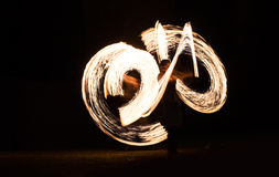 Feuer-Show durchgeführt von unbekannter Person lizenzfreie stockfotos