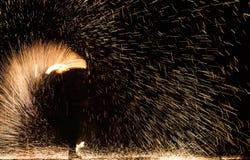 Feuer-Show durchgeführt von unbekannter Person lizenzfreie stockbilder