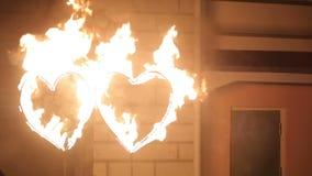 Feuer-Show: Zwei Herzen Feuer stock video footage