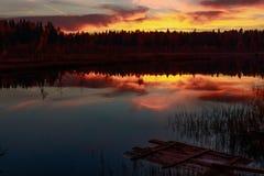Feuer-Sonnenuntergang auf dem Waldsee stockbilder