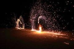 Feuer-spinnende Show-Männer in Thailand lizenzfreie stockfotografie
