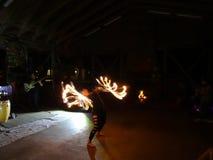 Feuer-Tänzer Alexis Aaron spinnt Feuer um ihren Körper als Leute wa Lizenzfreies Stockfoto