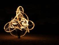 Feuer-Tänzer in der Dunkelheit stockbild