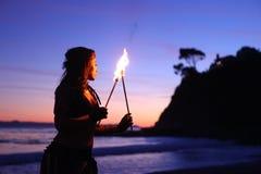 Feuer-Tanz entlang dem Strand in der Dunkelheit stockbilder
