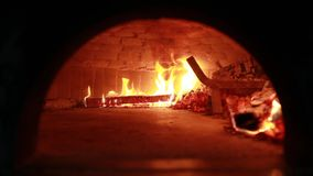 Feuer- und Brandkohlen in den Stein?fen Ofen gemacht vom Ziegelstein und vom Lehm auf dem Holz Ofen f?r Pizza Ziegelsteinofen stock video