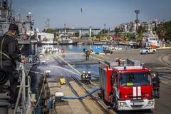 Feuer und Feuerwehrmänner löschen ein Feuer auftraten auf einem Schiff ` s Hafen aus Burgas/Bulgaria/06 10 2016 Lizenzfreies Stockfoto