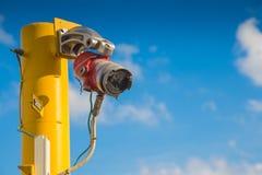 Feuer- und Gasdetektionssystem auf Öl- und Gasplattform, petrochemisches Werk für ermitteln Flamme und gesendetes Warnsignal zum  stockfotografie