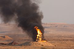 Feuer und schwarzer Rauch des brennenden Öls während eines Feuerenergie demonstartion der israelischen Verteidigungs-Kräfte im Wü lizenzfreie stockbilder