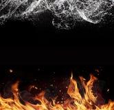 Feuer- und Wasserelemente auf schwarzem Hintergrund Lizenzfreie Stockfotos