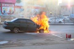 Feuer von der Automotorhaube auf Stadtstraße Lizenzfreie Stockfotos