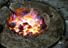 Feuer von Koks ist bereit, Eisen zu schmelzen stockbild