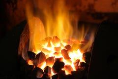 Feuer von Koks ist betriebsbereit, Eisen zu schmelzen lizenzfreie stockbilder
