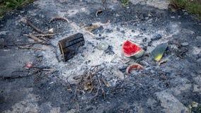 Feuer weg nach Picknick lizenzfreie stockbilder