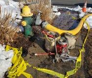 Feuer-Werkzeuge durch Hydranten stockbilder