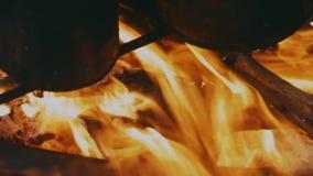 Feuer wird unter dem kleinen beleuchtet stock footage