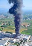 Feuer zerstörte eine Fabrik Lizenzfreies Stockfoto