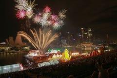 Feuerarbeit des neuen Jahres an der Jachthafenbuchtfront Lizenzfreie Stockbilder