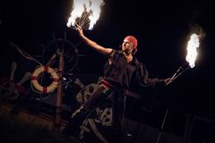 Feuerausführender gekleidet wie ein Pirat lizenzfreie stockfotografie