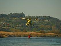 Feuerbekämpfender Hubschrauber Stockfotografie