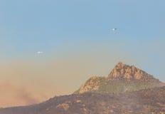 Feuerbekämpfung unter Verwendung der Hubschrauber in den Bergen Lizenzfreies Stockbild