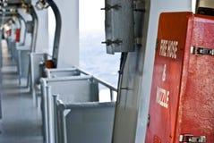Feuerbekämpfungsausrüstung auf Plattform des Containerschiffs Stockbilder