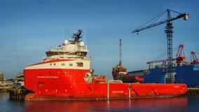 Feuerbekämpfungsschiff festgemacht im Hafen stockfoto