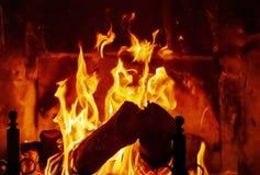 Feuerbrände im Kamin angetrieben durch hölzerne Klotz lizenzfreie stockbilder
