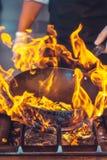 Feuerbrand, kochend auf Eisenstein Stockbilder