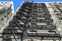 Feuerentweichen auf hohem Manhattan-Gebäude Stockfotos
