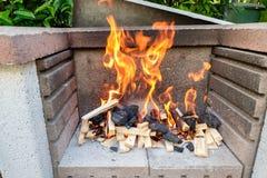 Feuerflamme der hölzernen Kohle in einem Grill lizenzfreie stockfotografie