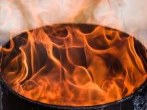 Feuerflammen auf einem schwarzen Hintergrund Lizenzfreie Stockfotografie