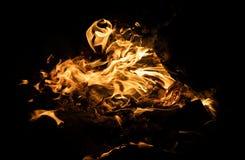 Feuerflammen auf einem schwarzen Hintergrund Stockfotos