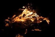 Feuerflammen auf einem schwarzen Hintergrund Lizenzfreies Stockfoto