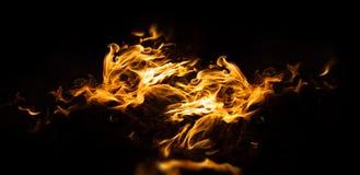 Feuerflammen auf einem schwarzen Hintergrund Stockfoto