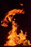 Feuerflammen auf schwarzem Hintergrund Stockbilder