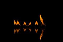 Feuerflammen mit Reflexion Stockbild