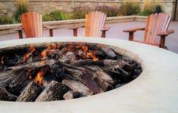 Feuergrube mit Flammen Stockfotos